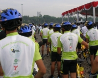 """Indonesia's """"Bike for Earth"""" cyclists get ready to ride to Fight Climate Poverty. Photos Ari Margiono/Oxfam"""