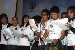 The United Voices of Indonesia perform Dunia Berbagilah (World Let's Share). Photo Rully Prayoga/Oxfam